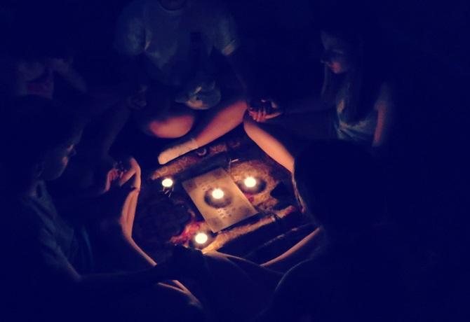 Sedinta de spiritism cu tabla ouija